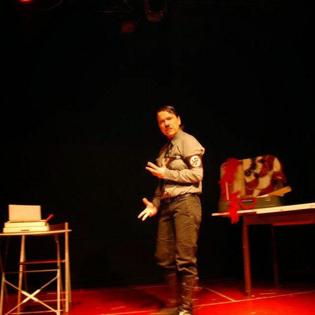 Pánico Escénico Teatro - Gay Hitler! La historia contada con pluma